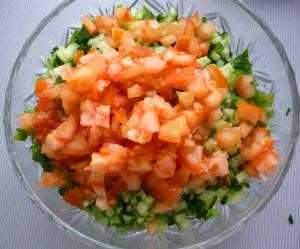 melko-narezannye-pomidory-v-salatnike