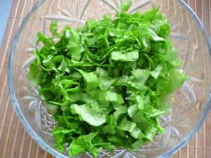 narezannye-listia-salata-v-salatnike