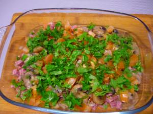 griby-kolbasa-pomidory-posypannye-zeleniu