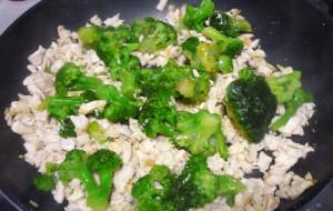 kusochki-kuritzy-s-brokkoli