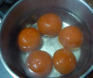 pomidory-s-nadrezami-v-kityatke
