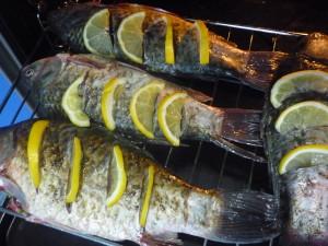 karasi-s-limonom-na-reshetke