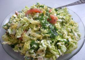 salat-iz-pekinskoy-kapusty-s-pomidorami-i-zeleniu