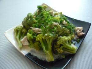 salat-iz-brokkoli-i-kuritsi-s-yogurtom