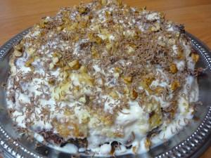 gotovy-tort-ukrashenny-shokoladom-i-orehami
