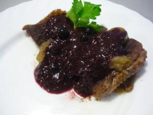 voshititelnaya-gusinaya-grudka-s-yagodnym-sousom