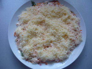 sloy-tertogo-syra-v-salate-bunito