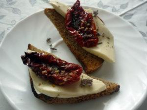 vyalenye-pomidory-s-sirom-na-kusochke-hleba